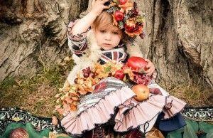 vaikas su vaisiais