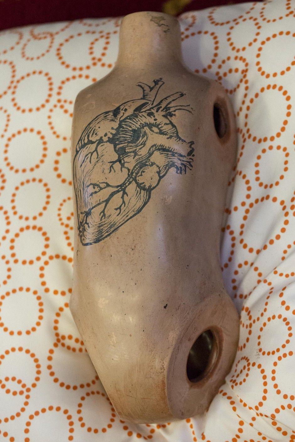 """Andriaus Ermino skulptūriniai objektai iš parodos """"Išmatuok savo skausmą promilėmis""""."""