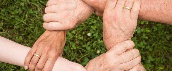 rankos su ziedais