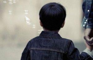 vaikas uz rankos